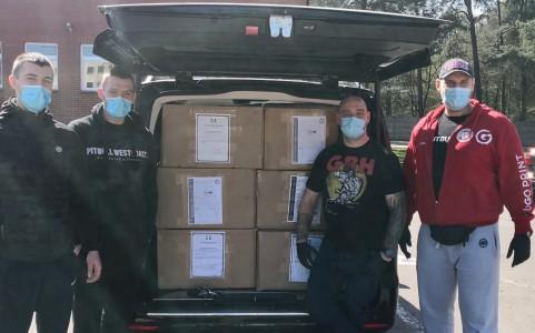 Tysiące maseczek od firmy Pitbull West Coast